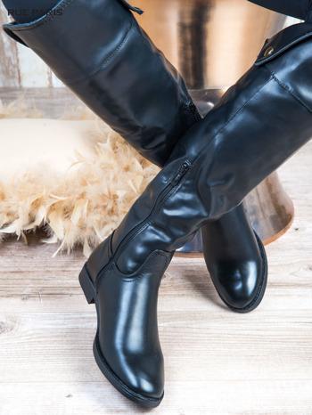 Czarne skórzane kozaki na płaskim obcasie z wywijaną cholewką i złotym ozdobnym suwakiem                              zdj.                              3