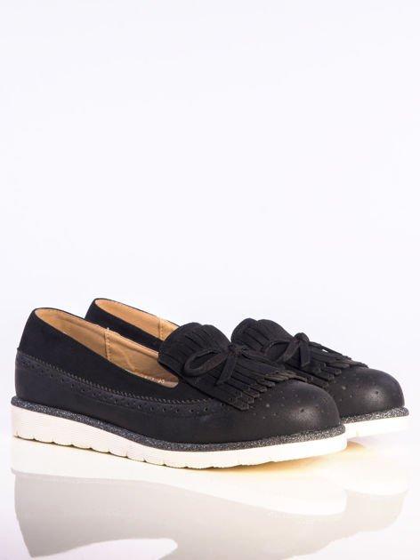 Czarne skórzane lordsy z zamszową wstawką z przodu buta i ozdobną kokardką, na białej podeszwie                              zdj.                              2