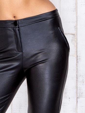 Czarne skórzane spodnie skinny z zapięciem na guzik                                  zdj.                                  4