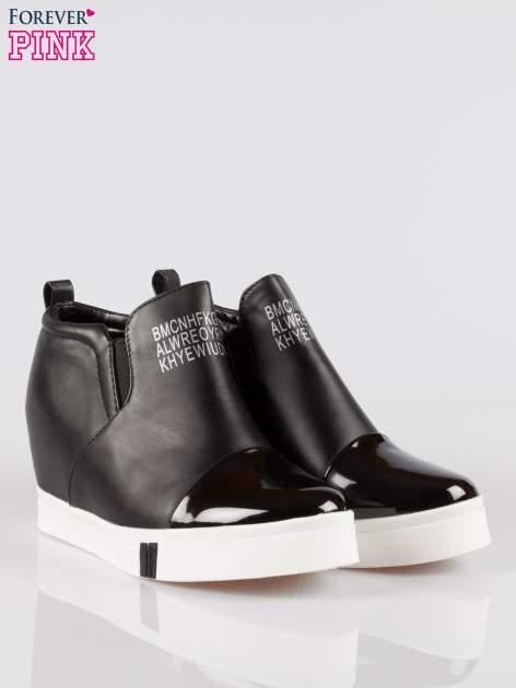 Czarne sneakersy trampki na koturnie z lakierowanym czubkiem                                  zdj.                                  2