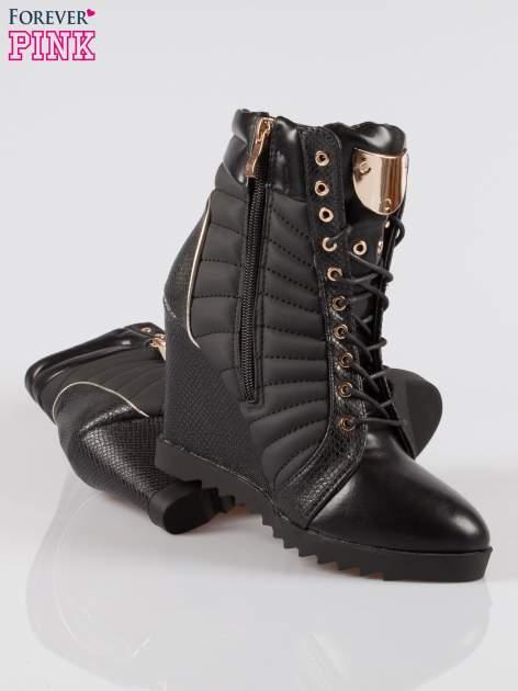 Czarne sneakersy z motywem skóry jaszczurki i złotymi detalami                                  zdj.                                  4