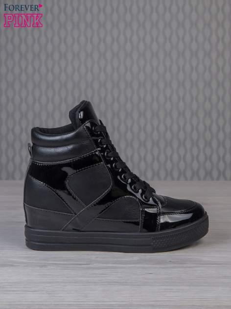 Czarne sneakersy za kostkę z lakierowanymi elementami