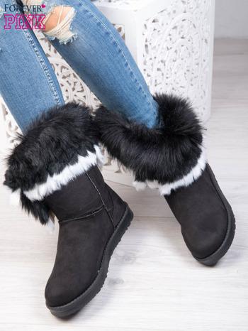 Czarne śniegowce na płaskiej podeszwie z kolorowym futrzanym kołnierzem                                  zdj.                                  1