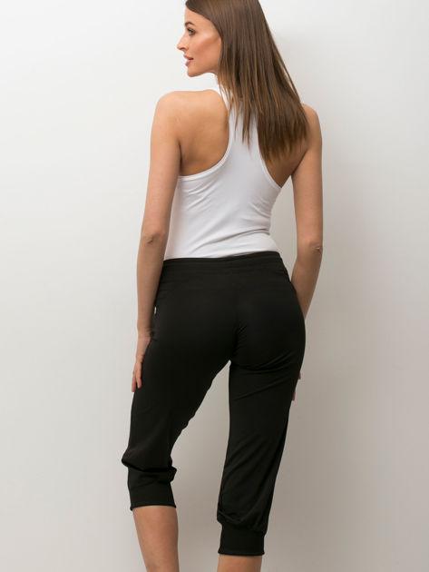 Czarne spodnie capri z aplikacją                              zdj.                              2