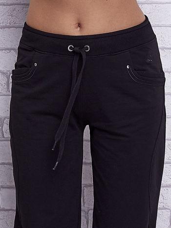 Czarne spodnie capri z bocznymi kieszeniami                                  zdj.                                  4