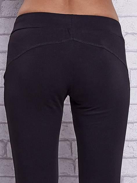 Czarne spodnie capri z bocznymi kieszeniami                                  zdj.                                  6