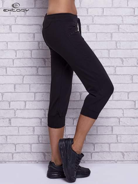 Czarne spodnie capri z dżetami przy kieszeniach                                  zdj.                                  3