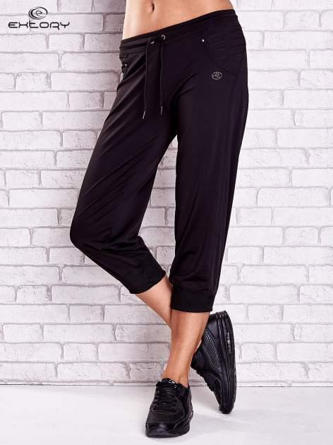 Czarne spodnie capri z haftowanymi wstawkami PLUS SIZE                                  zdj.                                  1