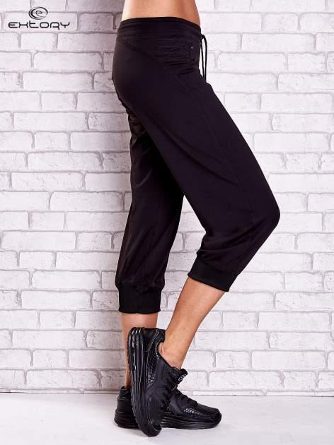 Czarne spodnie capri z haftowanymi wstawkami PLUS SIZE                                  zdj.                                  3