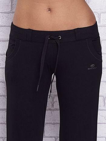 Czarne spodnie capri z kieszeniami i gumką w pasie                                  zdj.                                  4