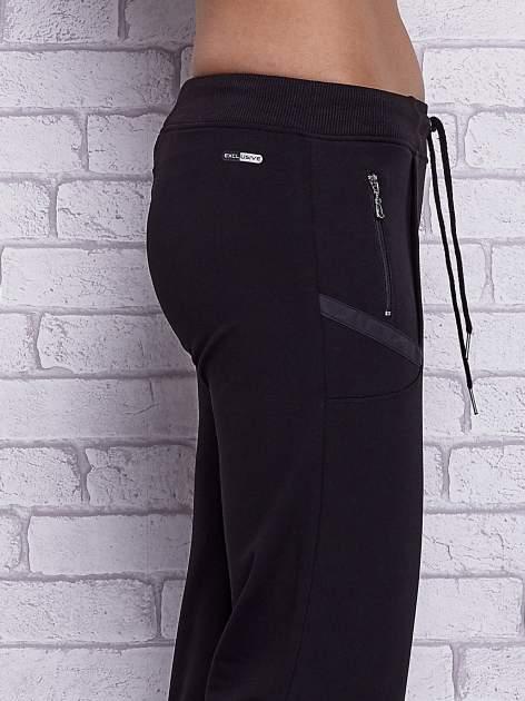 Czarne spodnie capri z kieszeniami po bokach                                  zdj.                                  5