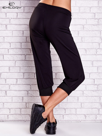 Czarne spodnie capri z kieszonką na suwak z boku                                  zdj.                                  3