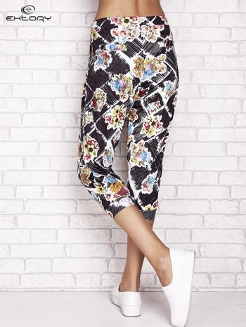 Czarne spodnie capri z kwiatowym motywem