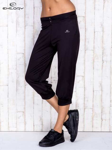 Czarne spodnie capri z surowym wykończeniem PLUS SIZE                                  zdj.                                  2
