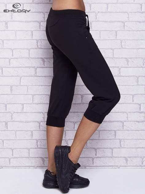Czarne spodnie capri z troczkami w pasie                                  zdj.                                  3