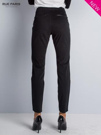 Czarne spodnie cygaretki ze skórzaną lamówką przy kieszeniach                                  zdj.                                  1