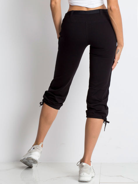 Czarne spodnie dresowe capri z bocznymi kieszeniami                              zdj.                              2
