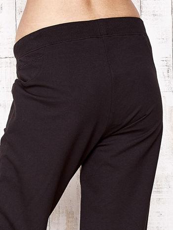 Czarne spodnie dresowe capri ze ściągaczami na dole                                  zdj.                                  5