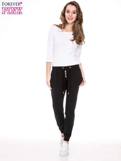 Czarne spodnie dresowe damskie z guziczkami                                  zdj.                                  2