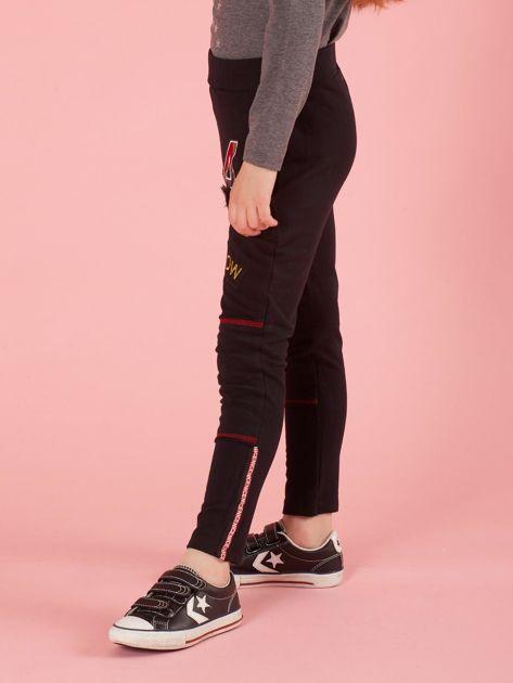 Czarne spodnie dresowe dziecięce z naszywkami                              zdj.                              3