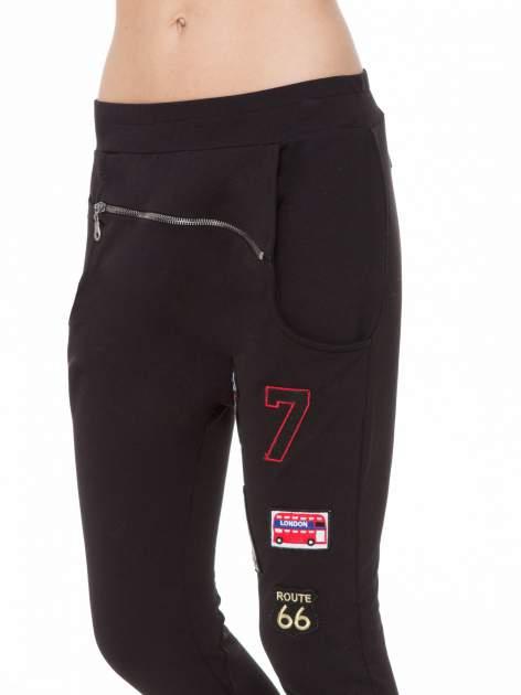 Czarne spodnie dresowe typu baggy z naszywkami                                  zdj.                                  7