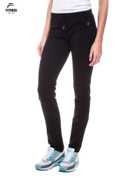 Czarne spodnie dresowe wiązane w pasie                                  zdj.                                  1