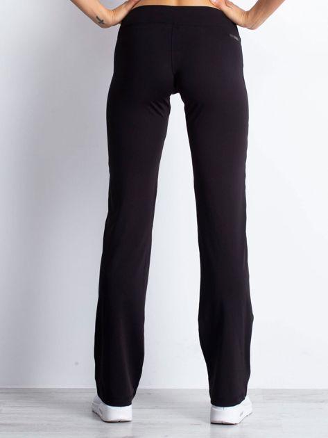 Czarne spodnie dresowe z aplikacją z dżetów                                  zdj.                                  2