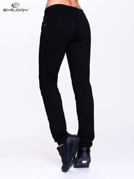 Czarne spodnie dresowe z dżetami przy kieszeniach                                  zdj.                                  4