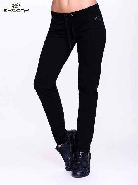 Czarne spodnie dresowe z dżetami przy kieszeniach                                  zdj.                                  1