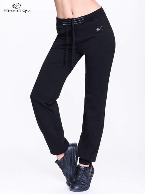 Czarne spodnie dresowe z elastyczną gumką w pasie PLUS SIZE                                  zdj.                                  1
