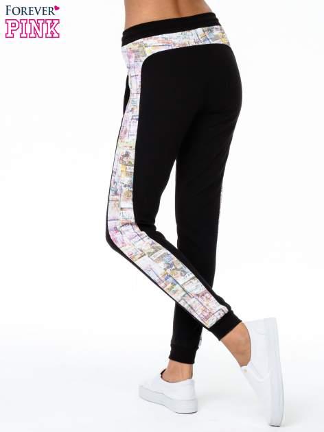 Czarne spodnie dresowe z gazetowym lampasem                                  zdj.                                  5