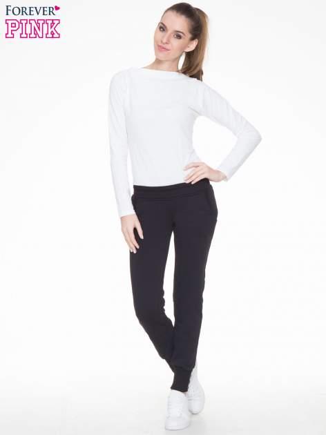 Czarne spodnie dresowe z guziczkami przy ściągaczu                                  zdj.                                  2