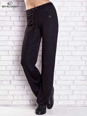 Czarne spodnie dresowe z haftowanymi wstawkami PLUS SIZE                                  zdj.                                  1