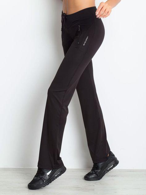 Czarne spodnie dresowe z kieszeniami                              zdj.                              3