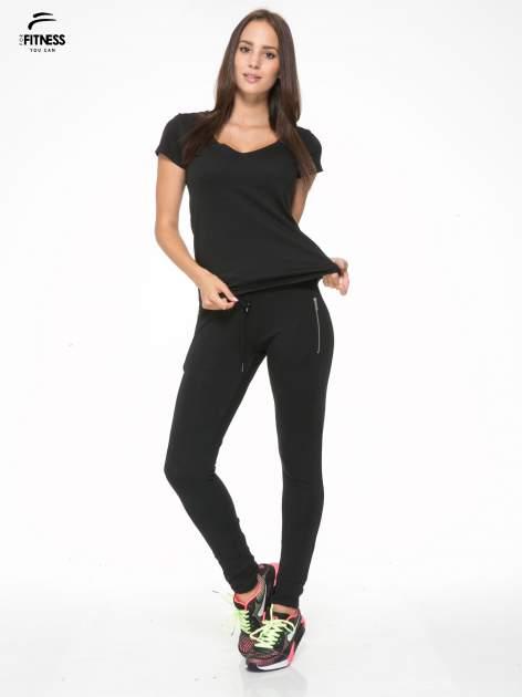 Czarne spodnie dresowe z kieszeniami na zamek                                  zdj.                                  2