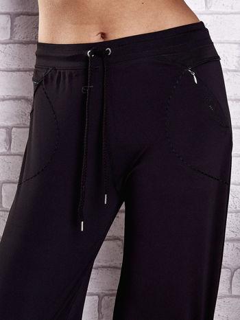 Czarne spodnie dresowe z kieszonką i haftem PLUS SIZE                                  zdj.                                  4