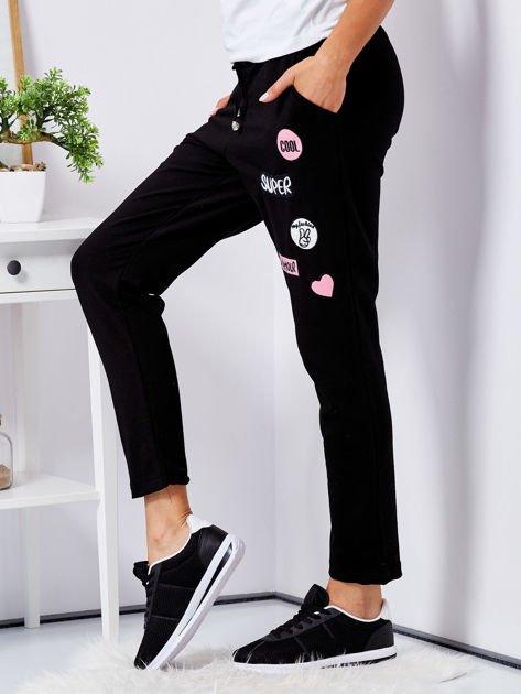 Czarne spodnie dresowe z naszywkami                                  zdj.                                  5