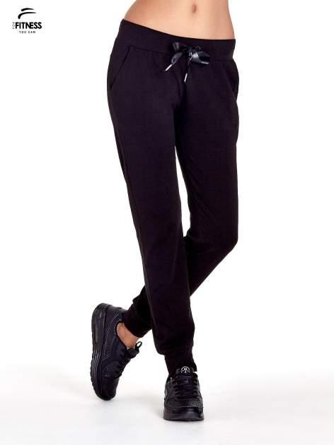 Czarne spodnie dresowe z nogawką ze ściągaczem