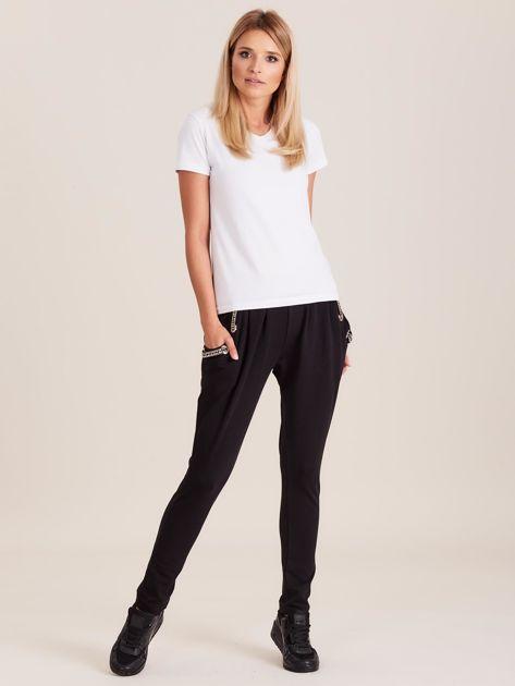 Czarne spodnie dresowe z ozdobnymi kieszeniami                              zdj.                              4