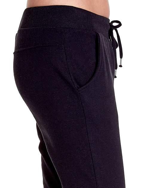 Czarne spodnie dresowe z prostą nogawką                                  zdj.                                  6