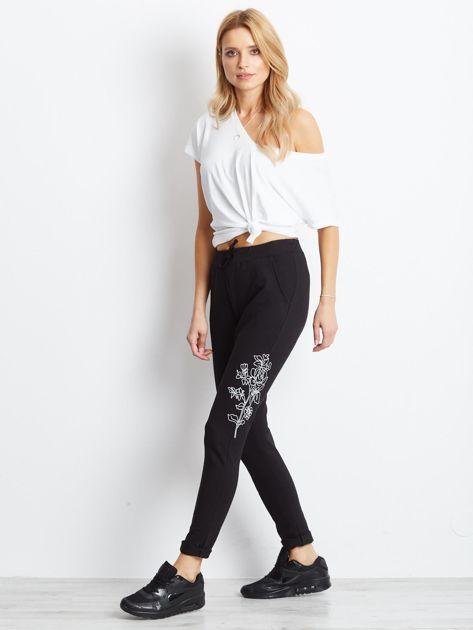 Czarne spodnie dresowe z roślinnym haftem                               zdj.                              4