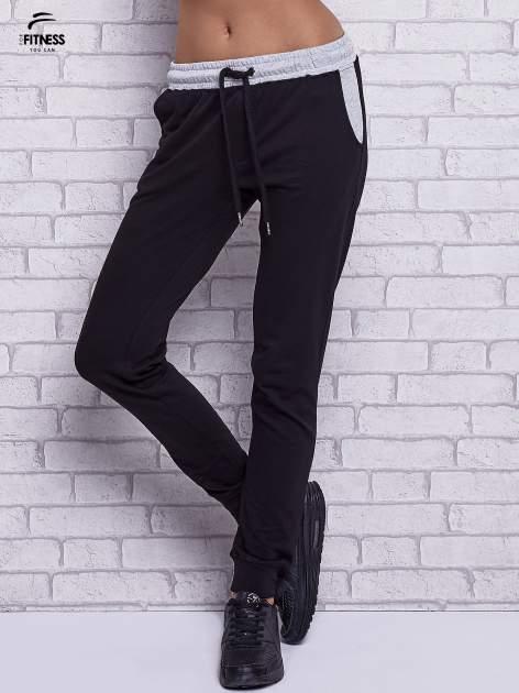 Czarne spodnie dresowe z szarymi wstawkami                                  zdj.                                  1