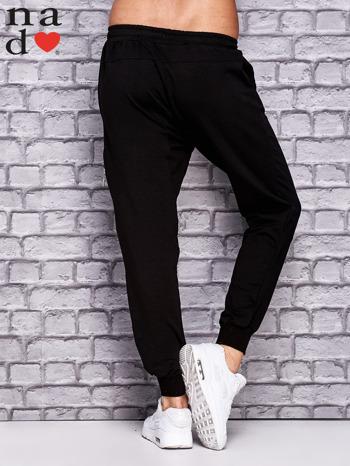 Czarne spodnie dresowe z zasuwaną kieszonką                                  zdj.                                  3