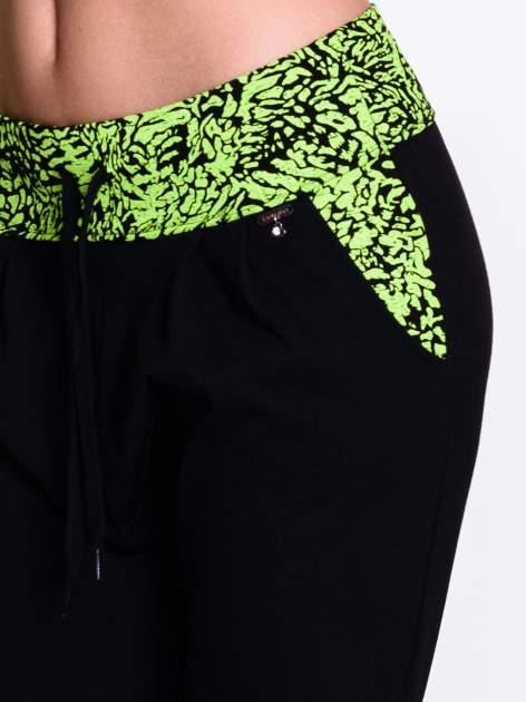 Czarne spodnie dresowe z zielonym pasem w panterkę                                  zdj.                                  5