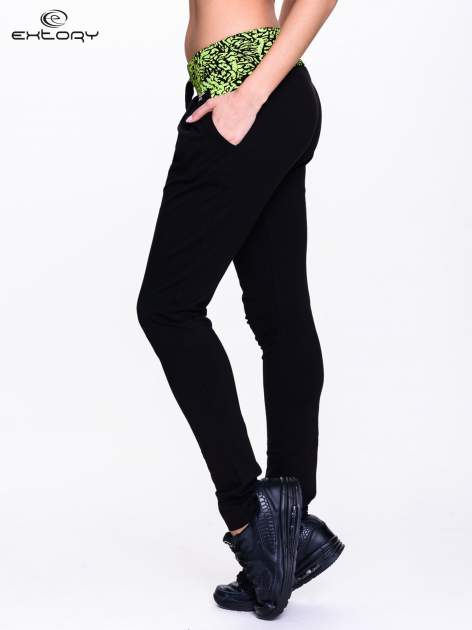 Czarne spodnie dresowe z zielonym pasem w panterkę                                  zdj.                                  3