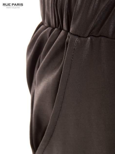 Czarne spodnie dresowe ze zwężanymi nogawkami z efektem połysku                                  zdj.                                  7
