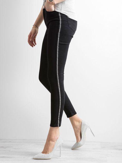 Czarne spodnie jeansowe z lampasami                              zdj.                              1