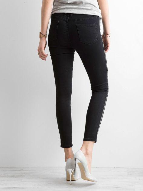 Czarne spodnie jeansowe z lampasami                              zdj.                              3