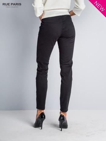 Czarne spodnie materiałowe w stylu chinos                                  zdj.                                  2