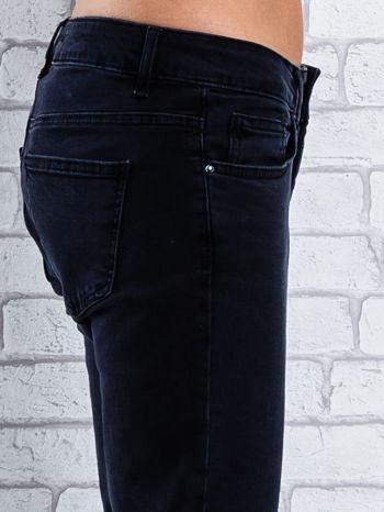 Czarne spodnie regular jeans z dżetami                                  zdj.                                  6